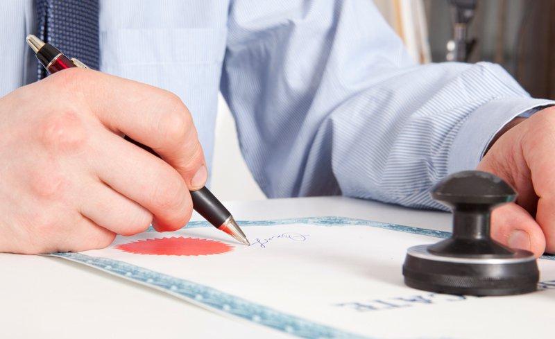 Регистрировать договор о залоге движимого имущества уполномочены только нотариусы РФ